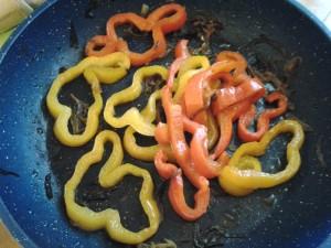 4 aggiungi e cuoci peperoni