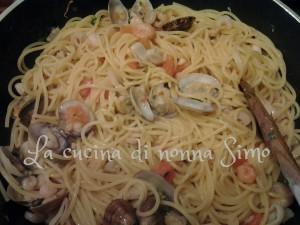 13 Salta gli spaghetti nel sugo